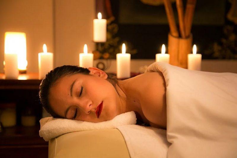 Massage naturiste à la bougie pour passer du corps à l'âme